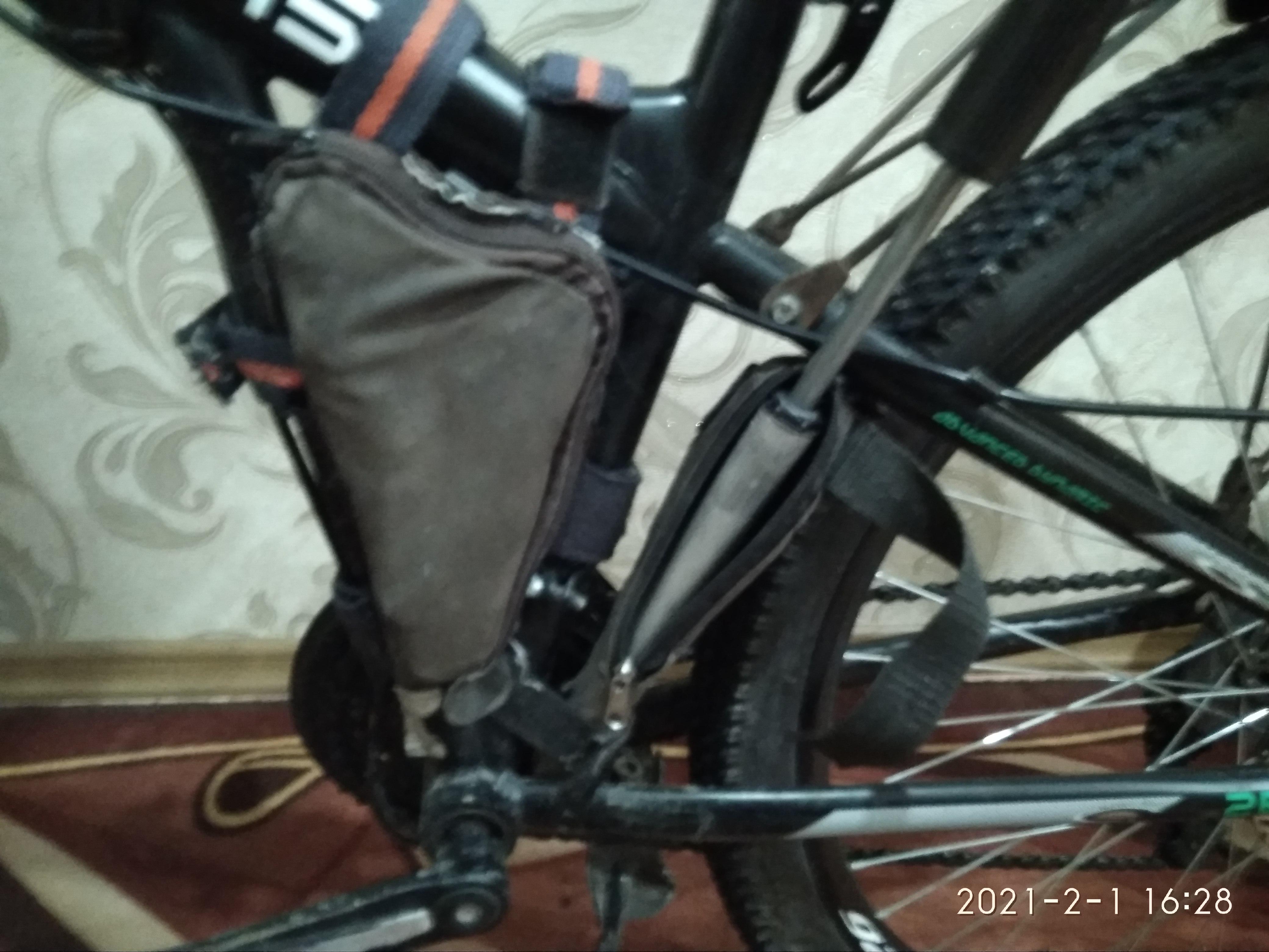 Сумка и насос велосипеда